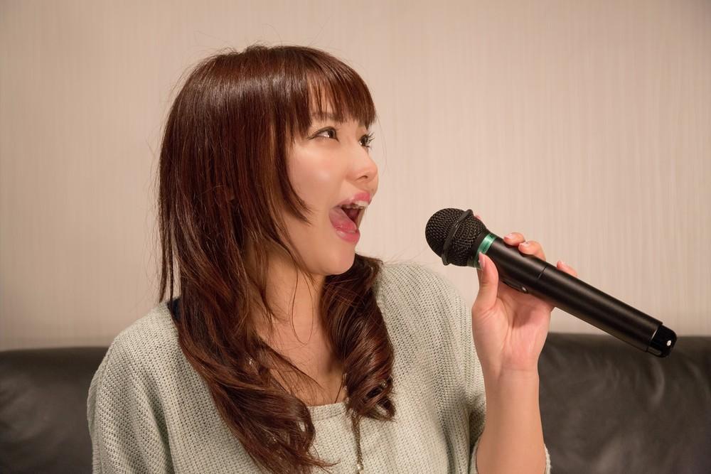 https___www.pakutaso.com_assets_c_2015_05_NKJ52_karaokeutauonnanoko-thumb-1000xauto-15422